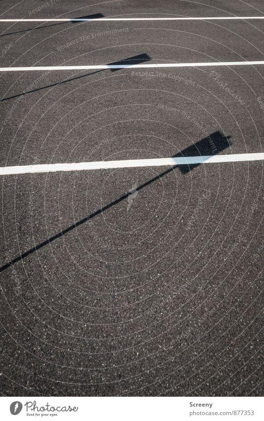 Schatten | UT Köln Menschenleer Straße Asphalt eckig einfach grau schwarz weiß Perspektive Schattenspiel Schilder & Markierungen Linie parken Farbfoto
