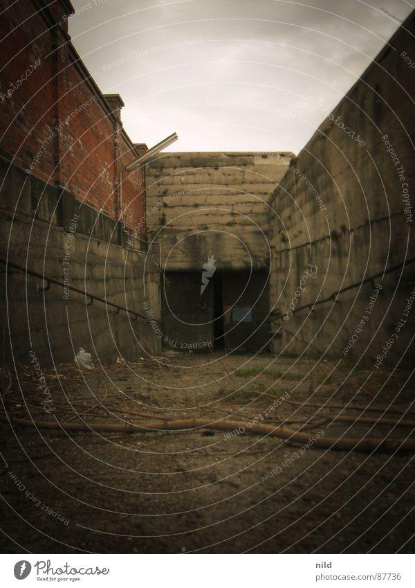 Der Geheimgang I Einsamkeit dunkel Mauer Angst Industriefotografie geheimnisvoll Tor verfallen Tunnel Eingang Geländer Panik abwärts mystisch abgelegen