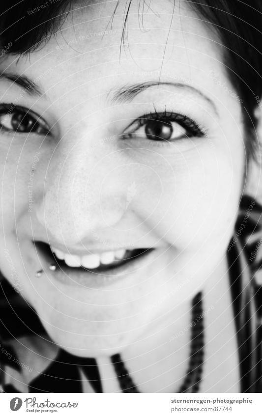 s/w 2 Porträt Frau Piercing Schwarzweißfoto lachen jungendliche 20-25 Emanzipation
