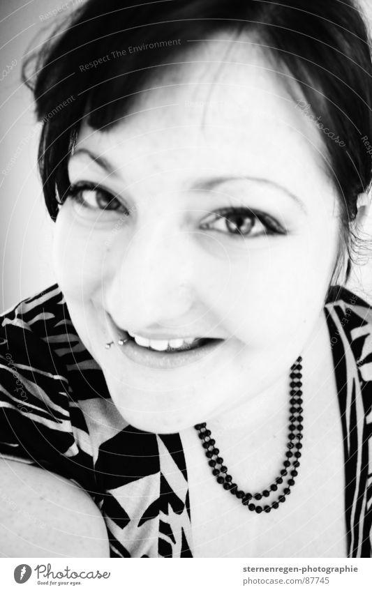 s/w 3 Porträt Frau Piercing Schwarzweißfoto lachen 20-25 Emanzipation