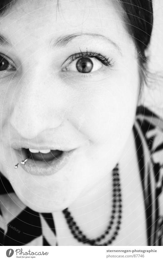 s/w 4 Porträt Frau Piercing Überraschung Humor Freude erstaunt staunen Schwarzweißfoto lachen 20-25 grinsen Begeisterung Zähne Emanzipation