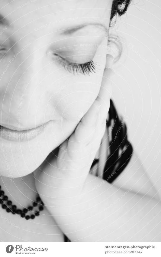 s/w 5 Porträt Hand Finger Denken Streicheln angenehm besinnlich Lust Glück Frau Schwarzweißfoto genießen Freude genießer Romantik Momentaufnahme