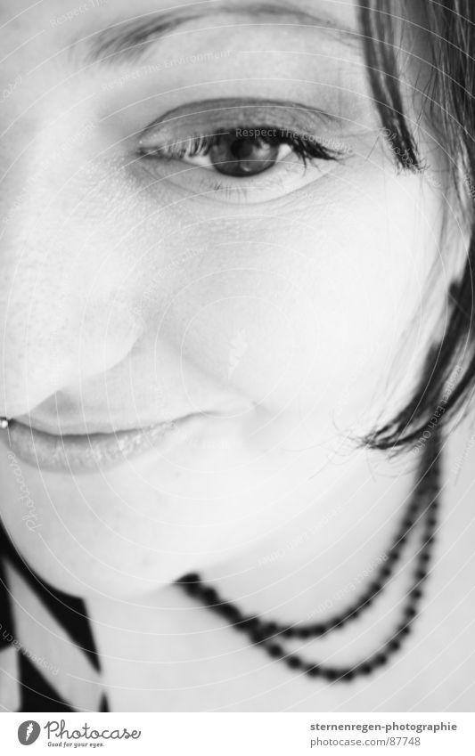 s/w 6 Porträt Frau Piercing Halskette Schwarzweißfoto lachen jungendliche 20-25 Auge kulleräugig grinsen Emanzipation