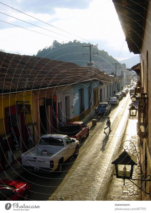 Via la Mexico Himmel Sonne Haus Straße Wege & Pfade PKW Fassade Laterne historisch Verkehrswege Mexiko Nachbar Chiapas