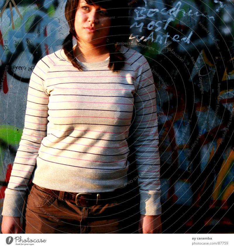 bOchUms mOst wAnteD Sharon Freak Basketball Bochum Graffiti Junge Frau Wand gestreift stehen schön modern Most cage wanted carhartt
