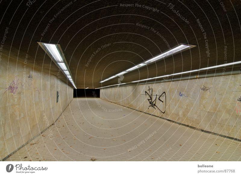 Lichtzauber II Einsamkeit Graffiti gehen gefährlich bedrohlich geheimnisvoll Tunnel Bürgersteig unheimlich Unterführung Wandmalereien Fahrradweg Lichtstimmung