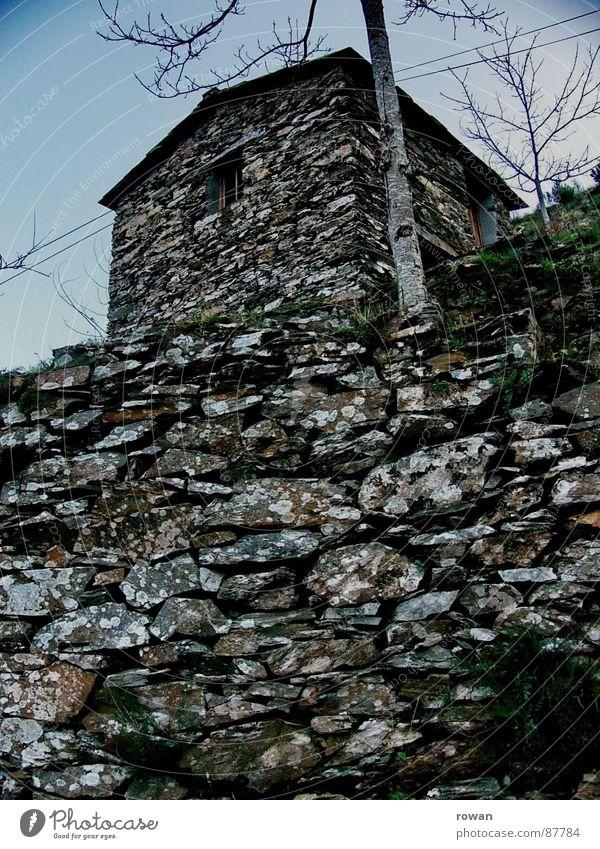 Steinhütte alt Himmel ruhig Wolken Einsamkeit dunkel Fenster Berge u. Gebirge Wege & Pfade Feste & Feiern klein Kraft geschlossen geheimnisvoll verfallen