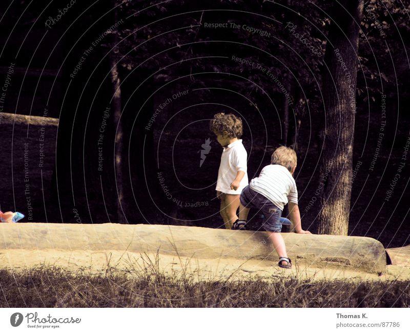 Duo Kind Freude Spielen Gras 2 Spielzeug Baumstamm Kies toben durchdrehen Streusand Sandkasten Sandbank