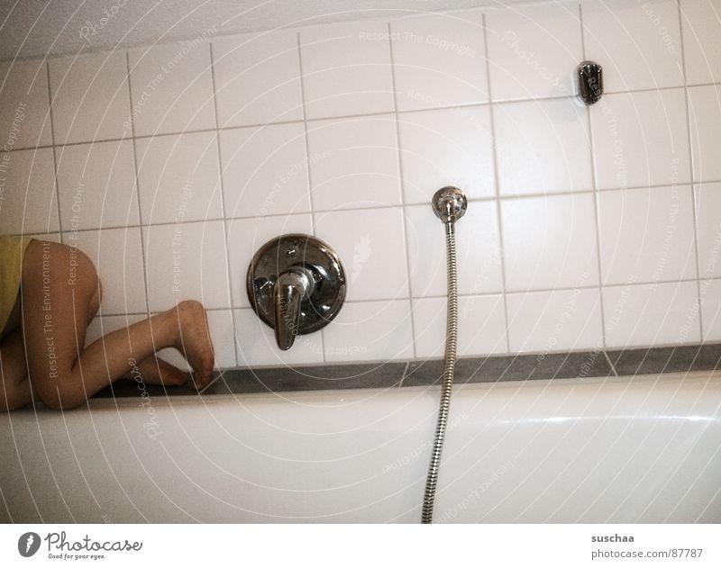 .. schnell weg hier, sie blitzt wieder ... nackt Fuß Beine Baby gehen nass Bad Schwimmbad Schwimmen & Baden Fliesen u. Kacheln Dusche (Installation) Kleinkind Flucht Badewanne Entertainment entkommen