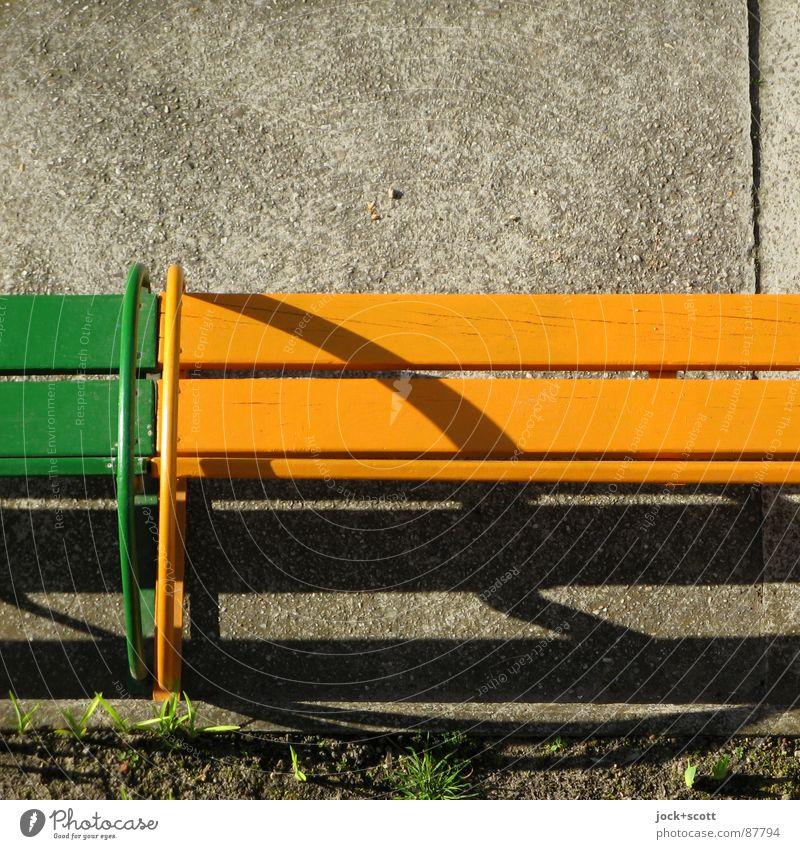 Sitzbank (2) Kindergarten Erde Wärme Gras Platz Holz gelb grün Halterung Untergrund Bank Seite Sitzgelegenheit Holzleiste Boden DDR Schattenspiel Detailaufnahme