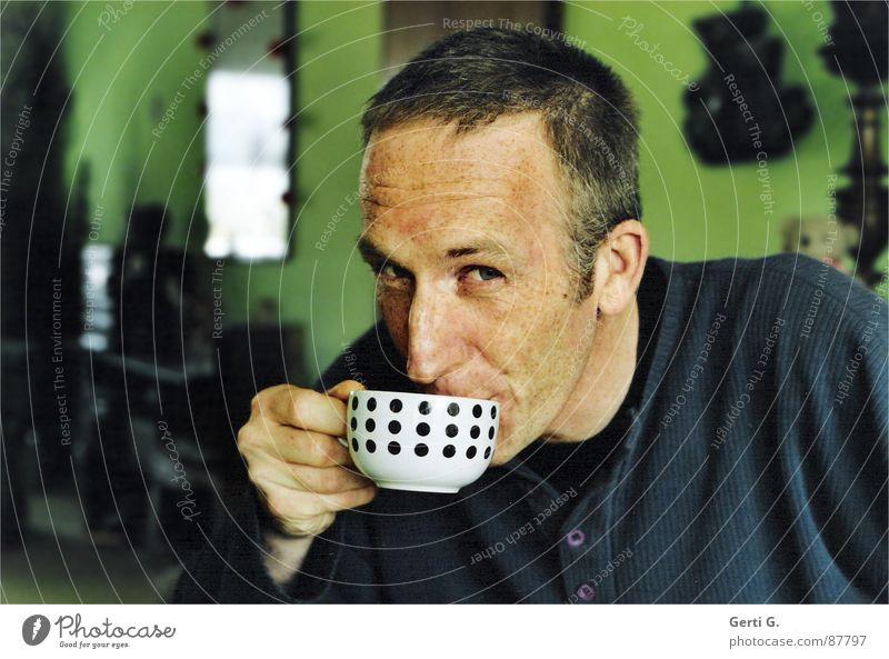 Cappucco Mensch Mann Hand grün blau Raum Wohnung maskulin Kaffee trinken Gastronomie Punkt heiß Gesicht Tasse Sommersprossen
