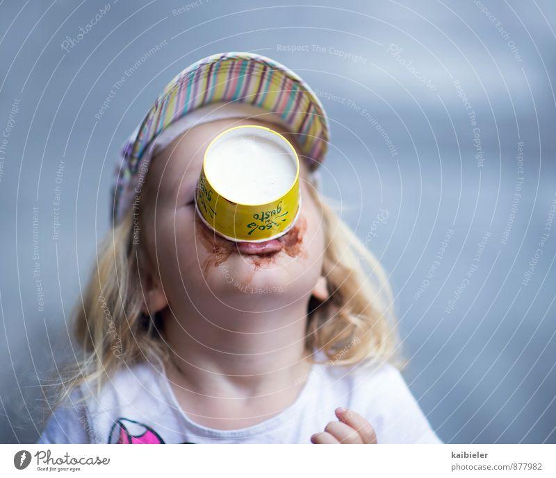 Schokoeis ist mein Leibgericht Mensch Kind blau Mädchen feminin Essen dreckig blond Kindheit genießen Speiseeis Lebensfreude süß festhalten lecker Mütze