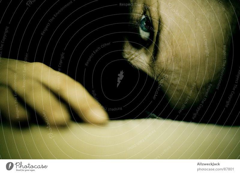 Das Haarversteck Frau Erholung Einsamkeit dunkel Haare & Frisuren Kopf liegen Finger kaputt Bodenbelag Pause Trauer chaotisch verstecken langhaarig Müdigkeit