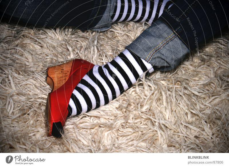 stilllos? Frau weiß blau rot schwarz Erholung Stil Schuhe Bekleidung sitzen Jeanshose Bodenbelag Streifen Wohnzimmer Strümpfe