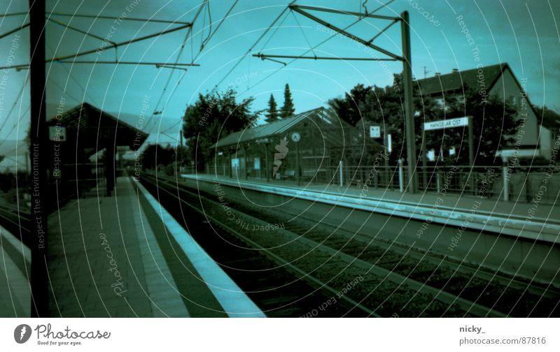 nostalgische bahnsteigs sicht negativ Gleise Nostalgie Straßenbahn Station grün schwarz Bahnhof Himmel nicky