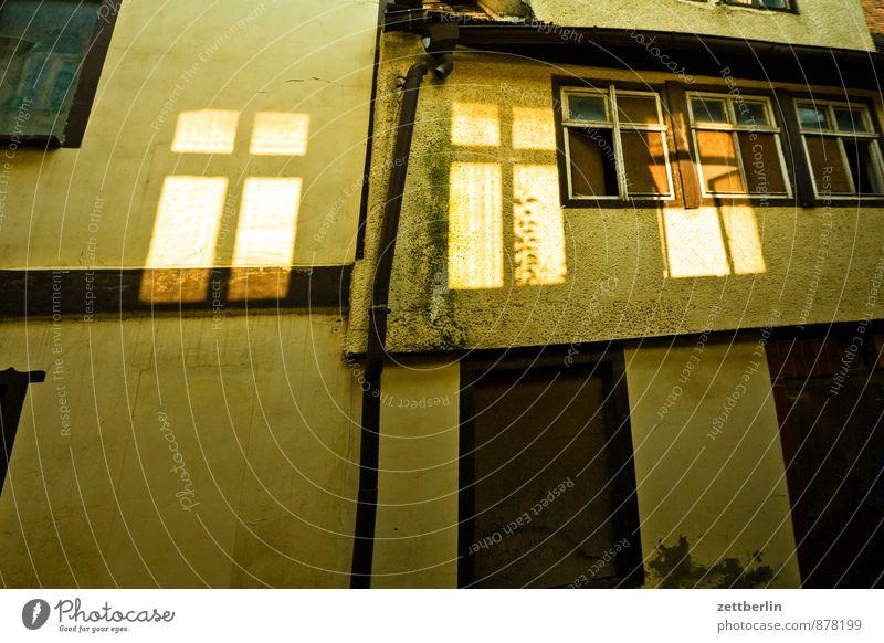 Halken alt Stadt Haus Fenster Wand Architektur Mauer Gebäude Wohnung Fassade Raum Tür kaputt verfallen Bauwerk gruselig