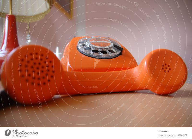 Lost in Translation schön ruhig Farbe sprechen orange Design Telefon retro liegen Dekoration & Verzierung Vergangenheit Rede Siebziger Jahre Telefongespräch verbinden Sprache