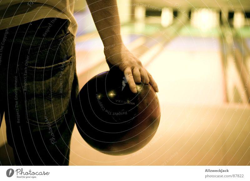 Konzentrieren, Zielen und... Mann Konzentration Wachsamkeit werfen Bündel Ballsport fokussieren Bowling Bowlingbahn Bowlingkugel