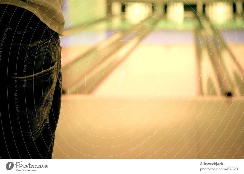 ...Daneben! Mann Konzentration Wachsamkeit werfen Sportveranstaltung Konkurrenz Bündel Ballsport fokussieren Bowling Bowlingbahn Bowlingkugel