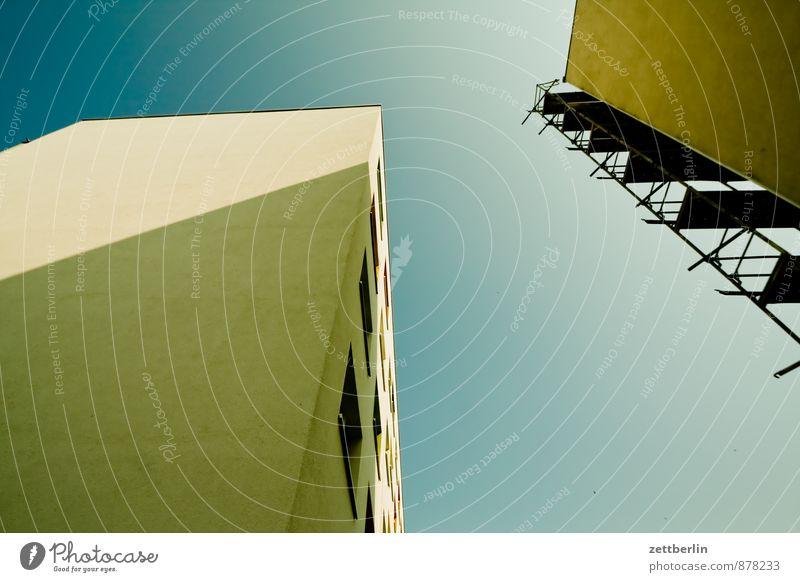 Mal wieder nach oben fotografieren Himmel alt Stadt Haus Fenster Wand Architektur Mauer Gebäude Arbeit & Erwerbstätigkeit Wohnung Wetter Fassade Business
