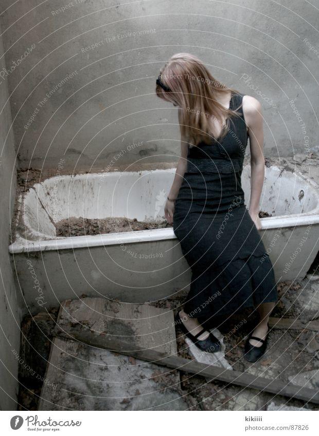 broken Badewanne kaputt blond dreckig Trauer Langeweile verfallen schwarzes kleid Zerstörung