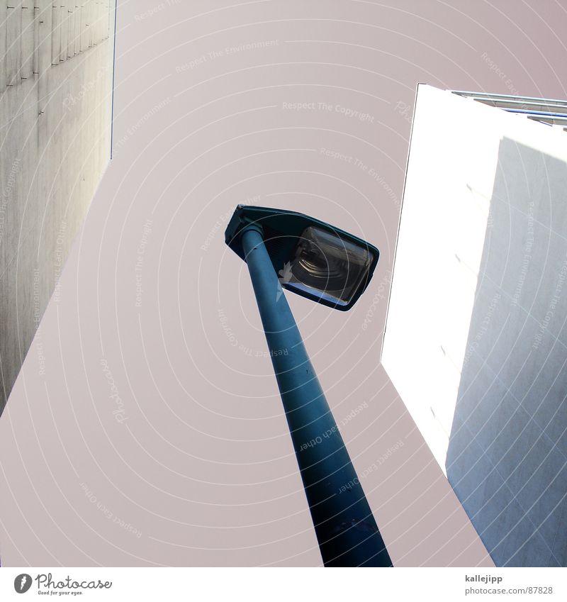 diplomatisch Armutsgrenze Hinterhof Plattenbau Fassade Lichthof Fenster Brandmauer Alexanderplatz Osten Laterne Wohnanlage Treppe Astronaut Satellitenantenne