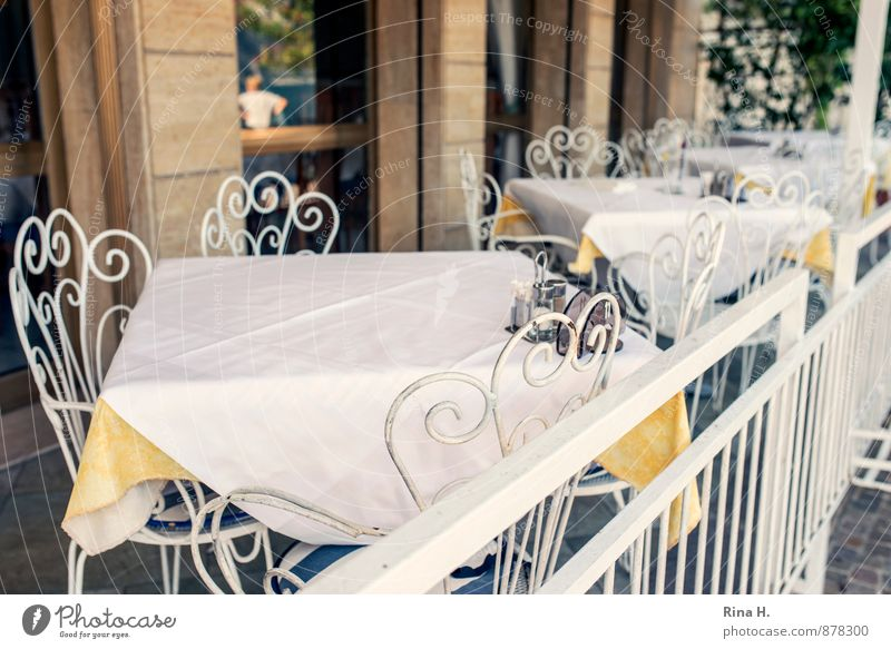Siesta Fenster Wand Mauer hell authentisch warten Tisch Stuhl Café Restaurant Terrasse Tischwäsche Feierabend Schnörkel