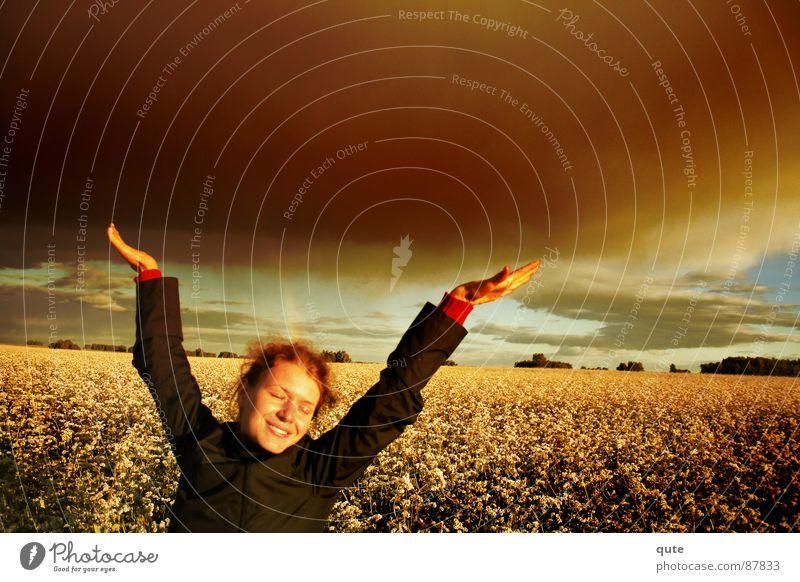 Easy. Mädchen grinsen Physik Freude clouds flowers field meadow hands happy Wärme scene