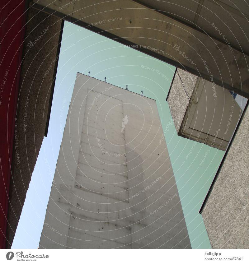 undiplomatisch Armutsgrenze Hinterhof Plattenbau Fassade Lichthof Fenster Brandmauer Alexanderplatz Osten Wohnanlage Treppe Astronaut Satellitenantenne Ostzone