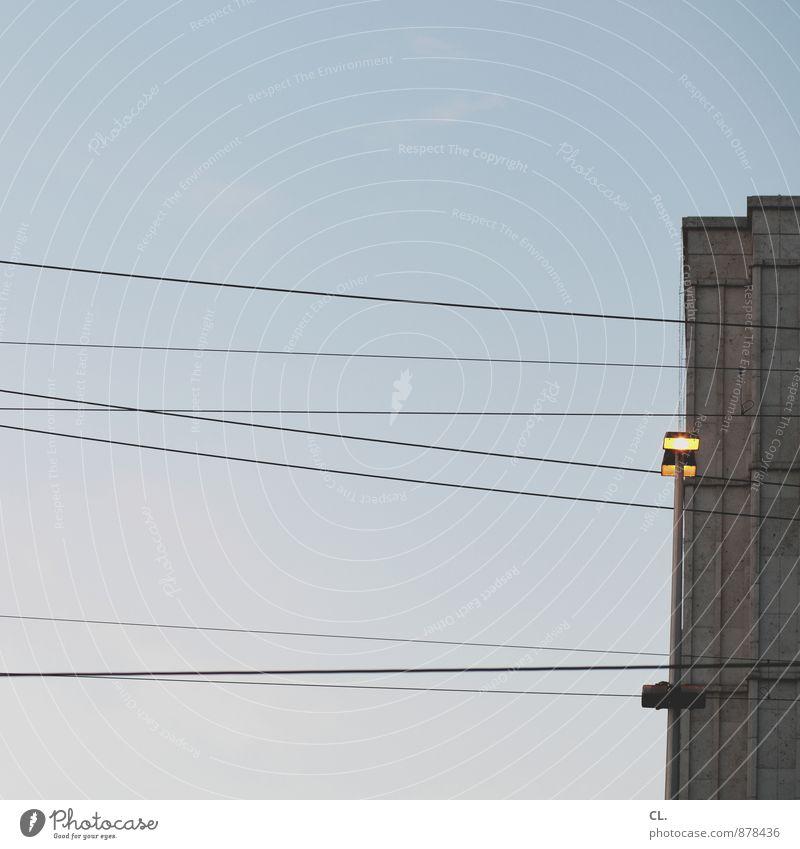 kein tag ohne linie Himmel Wolkenloser Himmel Schönes Wetter Haus Hochhaus Gebäude Architektur Mauer Wand Fassade Straßenbeleuchtung Kabel Linie leuchten trist