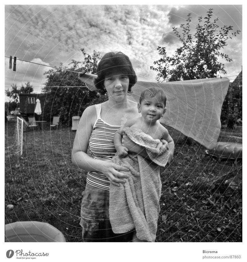 Mutter mit Kind Frau Natur Freude Liebe Garten Glück Familie & Verwandtschaft Wärme Umwelt Erde Kleinkind Geborgenheit Stolz