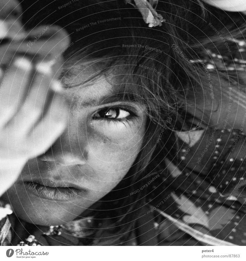 Augenblicke7 fremd heimatlos Kind Denken Mensch Schwarzweißfoto Momentaufnahme
