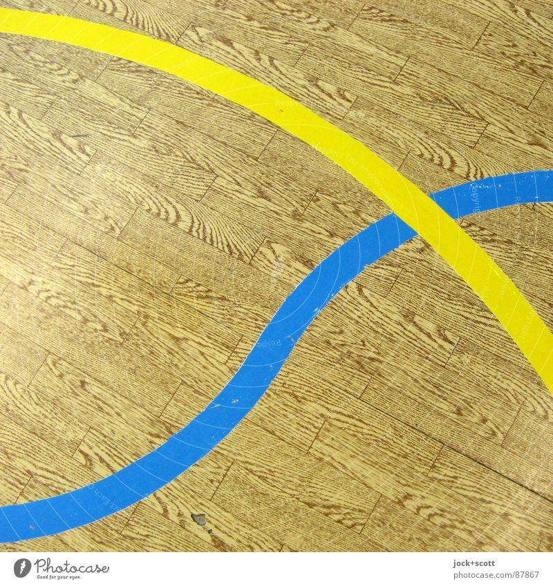 Blau / Gelb, Linien auf Holzimitat kreuzen Spielfeld Treffpunkt gebraucht Linienstärke verbinden Kurve Achse Bogen DDR PVC Holzimintat Detailaufnahme abstrakt
