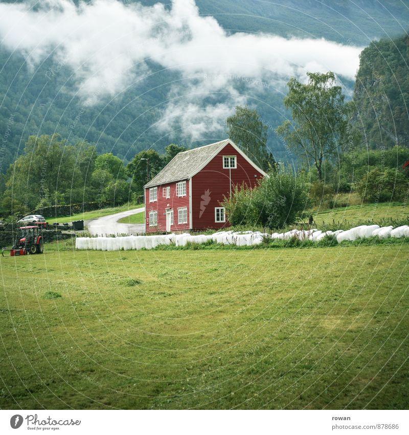rotes haus Umwelt Natur Landschaft Wolken Wiese Feld Haus Einfamilienhaus Traumhaus Norwegen Traktor Landleben Landwirtschaft alt Tradition Idylle