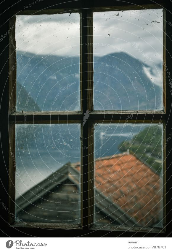 aussicht Häusliches Leben Wohnung Haus Landschaft Berge u. Gebirge Fjord Fenster Blick Fensterblick Aussicht Norwegen alt Altbau Hütte Hüttenferien Glas