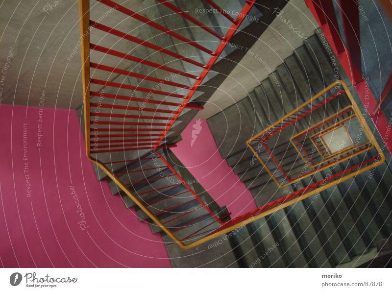 Treppchen rauf, Treppchen runter,... Treppenhaus rot rosa grau braun Holz Treppengeländer Rechteck aufsteigen Klettern besteigen Abstieg Spirale Schwindelgefühl