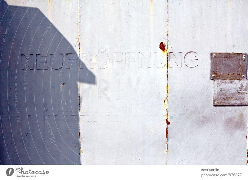 Neueröffnung alt Stadt Haus Wand Architektur Mauer Metall Lifestyle Tür Schilder & Markierungen Schriftzeichen Hinweisschild kaufen Zeichen Information Rost