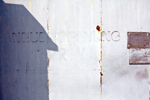 Neueröffnung Lifestyle kaufen Haus Handel Dienstleistungsgewerbe Medienbranche Werbebranche Kleinstadt Stadt Stadtzentrum Architektur Mauer Wand Tür Metall