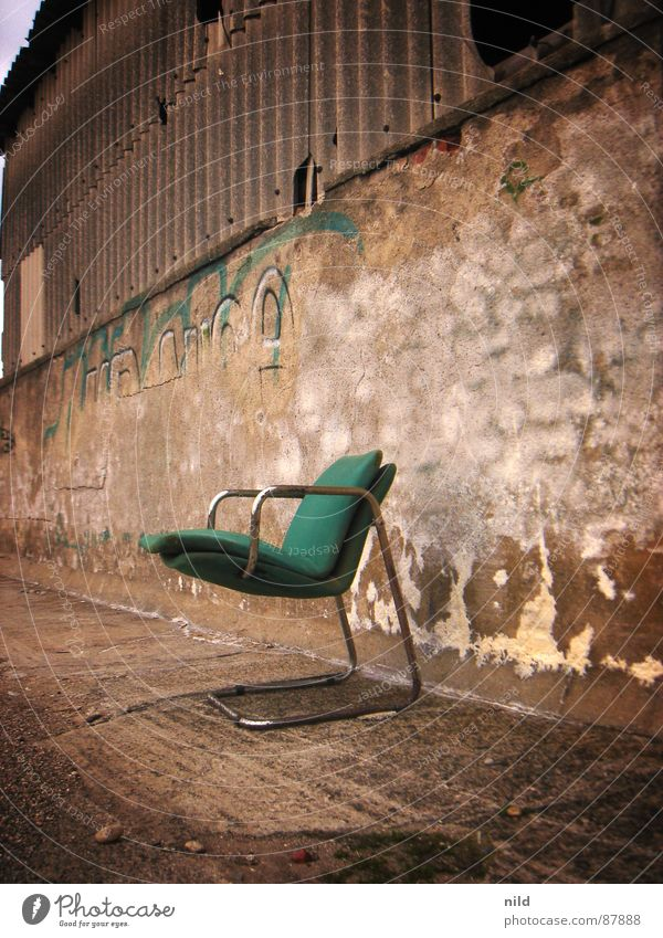 verlassener designer II grün Einsamkeit Industrie Stuhl verfaulen München verfallen Möbel schäbig Lagerhalle gemütlich Sitzgelegenheit Mexiko Lager Designer