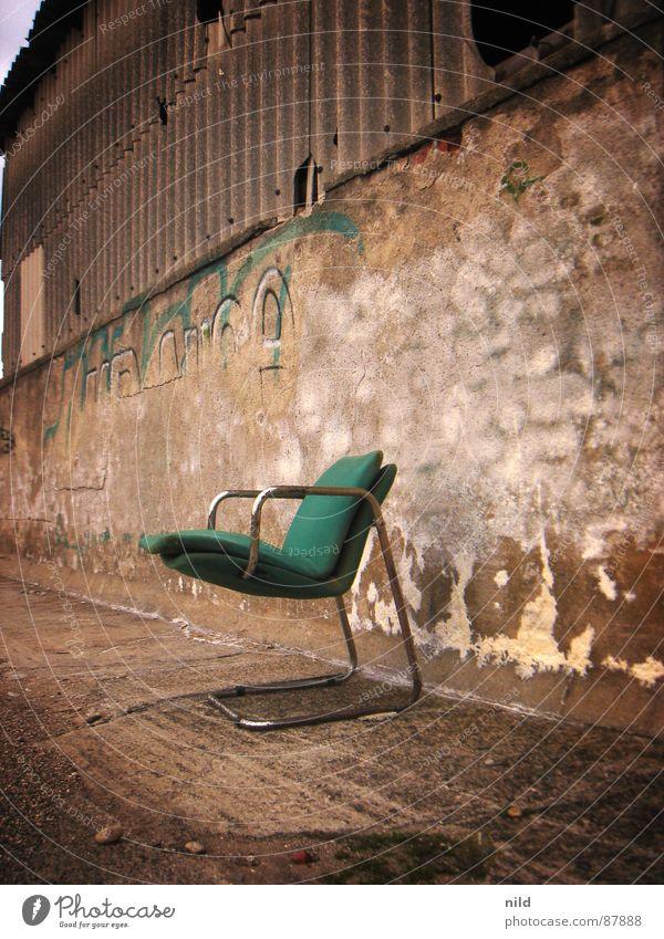 verlassener designer II grün Einsamkeit Industrie Stuhl verfaulen München verfallen Möbel schäbig Lagerhalle gemütlich Sitzgelegenheit Mexiko Designer