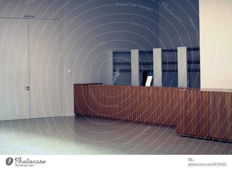 nix los Museum Theater Architektur Tür Kleiderständer Eingang Ferne Menschenleer Feierabend Farbfoto Innenaufnahme Tag