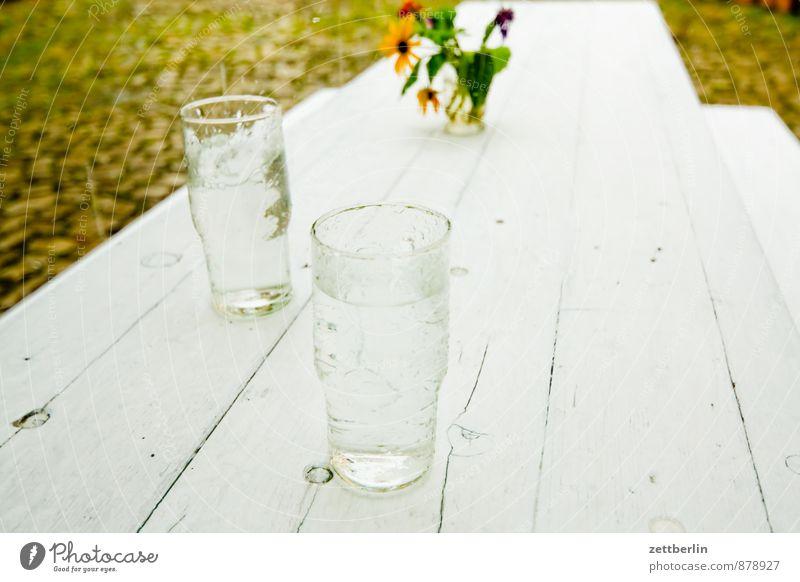 Verregnete Party Stadt Sommer weiß Blume Wand Architektur Mauer Lifestyle Feste & Feiern Regen Häusliches Leben Glas Ernährung Tisch Trinkwasser Getränk