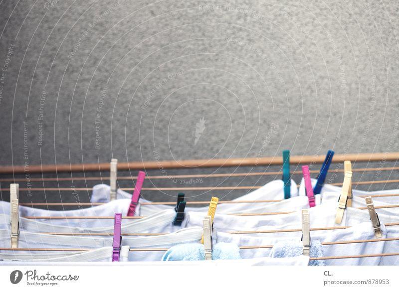 waschtag Häusliches Leben Wäscheleine Waschtag Wäsche waschen Wäscheklammern Sauberkeit mehrfarbig Reinlichkeit Farbfoto Menschenleer Textfreiraum oben Tag