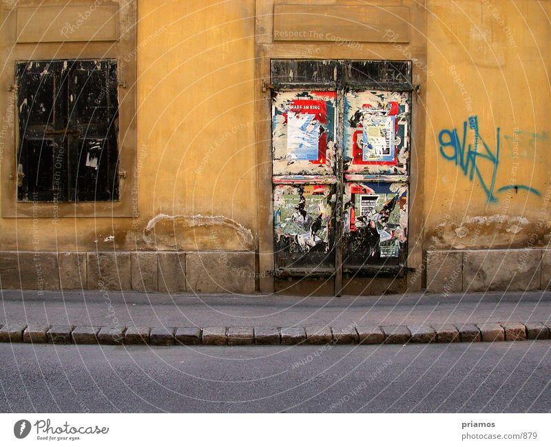 geschlossen! Fenster Haus Verfall Bordsteinkante Architektur Grafitti Tür alt Straße gehsteig