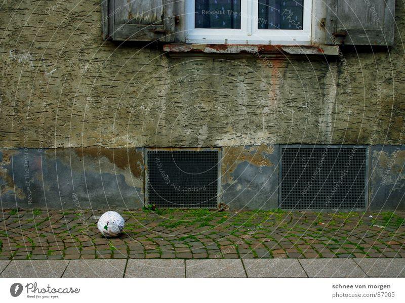 am spielfeldrand Fenster Spielen Kindheit Keller Ballsport