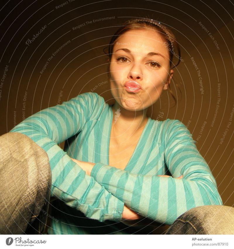 *BUSSI!* Frau Jugendliche blau Freude Gesicht feminin Gefühle Stil Mode lustig Mund sitzen frisch verrückt Perspektive Coolness