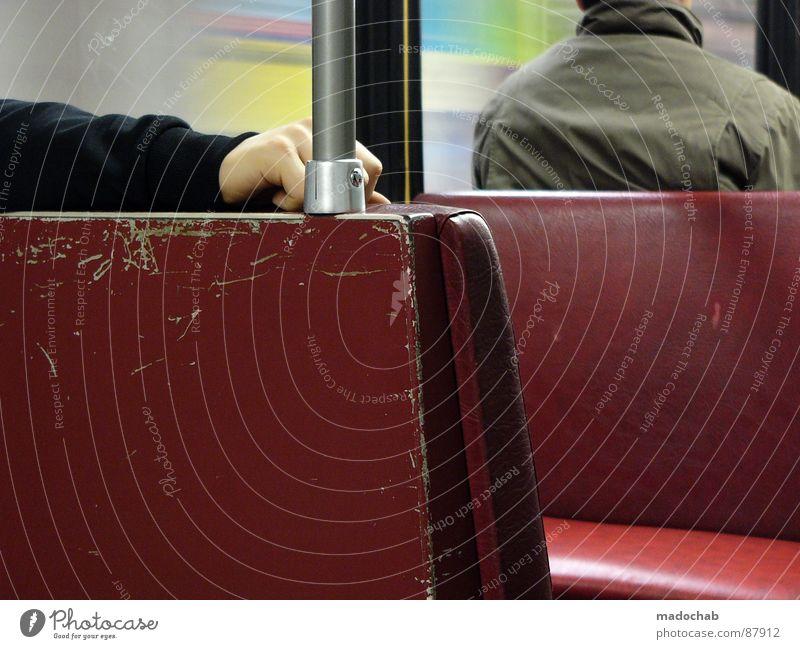 NEW CAMERA Mensch Mann Hand rot Einsamkeit Fenster Arme offen sitzen warten maskulin fahren beobachten Güterverkehr & Logistik Jacke U-Bahn