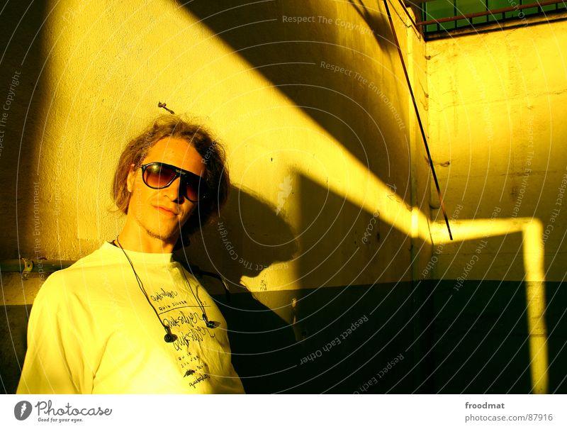 Baum Jugendliche Sonne gelb Kopfhörer Sonnenbrille anlehnen Pornographie