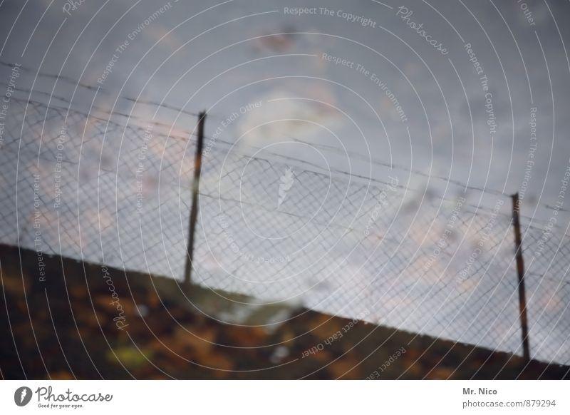 Himmel über Köln | UT Köln Umwelt Wasser Industrieanlage dunkel Zaun Mauer Pfütze Reflexion & Spiegelung Zaunpfahl Sicherheit Grenze Regenwasser Barriere Herbst