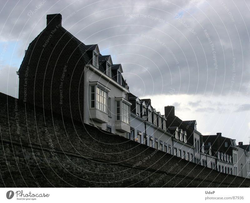 Lokomotive Maastricht Himmel schwarz Haus Wolken Mauer Eisenbahn Europa Häusliches Leben historisch Niederlande Altstadt Häuserzeile Stadtmauer